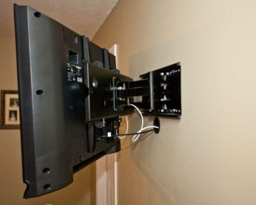 Телевизор на стене